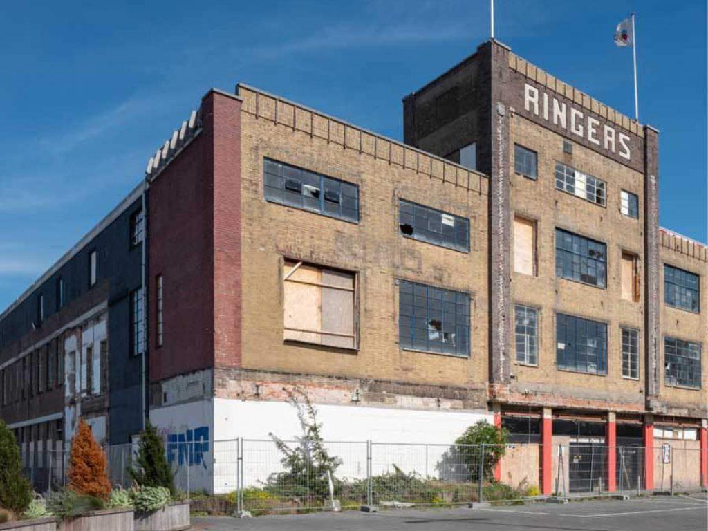 Bert Muis, gids van de Historische Vereniging Alkmaar, vertelt over de geschiedenis van Ringers