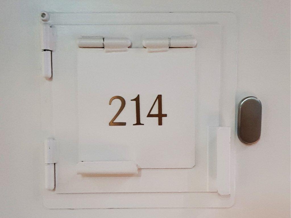 De kamernummers staan op de inmiddels gesloten deurluikjes