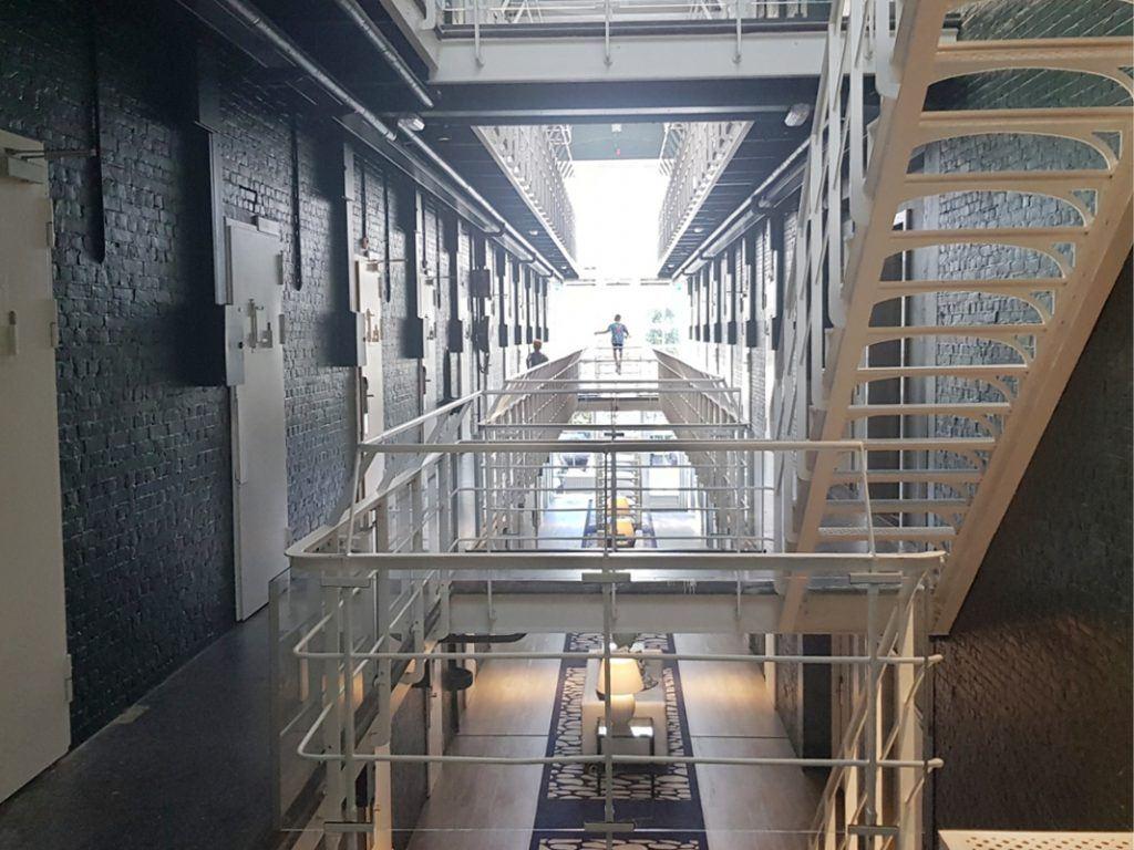 Het voormalige cellenblok met galerijen is nog volledig intact
