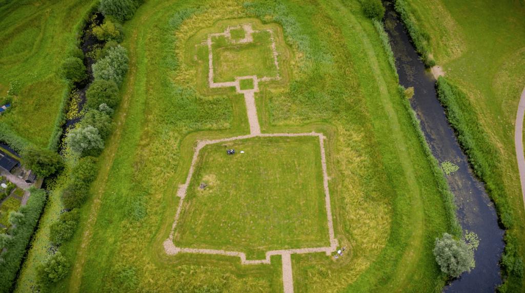 Plattegrond van kasteel de Nieuwburg zichtbaar gemaakt met bestrating