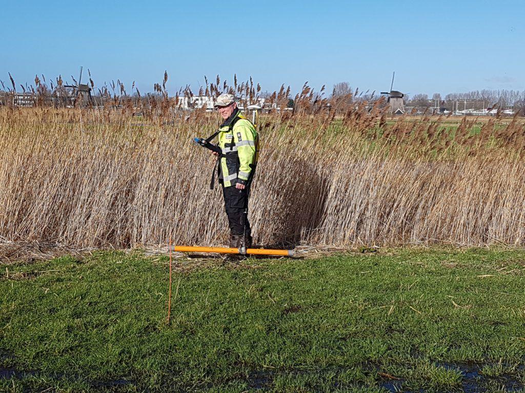 Onderzoeker Ferry van den Oever bezig met een meting in de Oudorperpolder