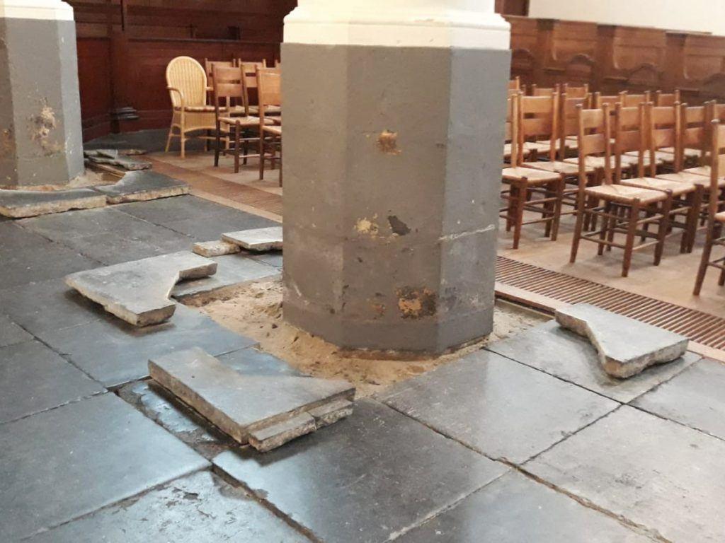 De kolomvoeten worden geïnjecteerd tegen optrekkend vocht