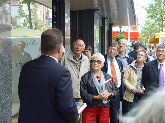 Onthulling plaquette met burgemeester Marietje van Rossen