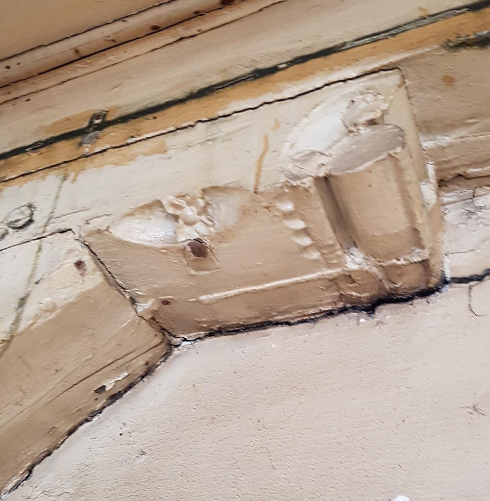 In het achterhuis is op de verdieping tegen de voorgevel het volledige houtskelet aangetroffen met het peerkraalsleutelstuk met roosjes