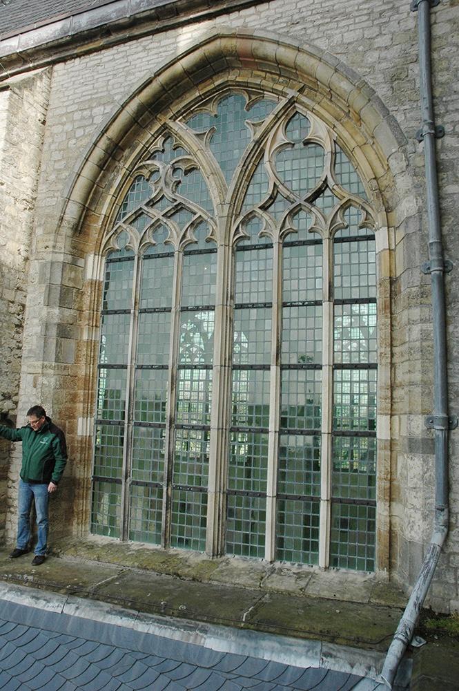 Buitenaanzicht van een van de ramen in de lichtbeuk, vóór de restauratie