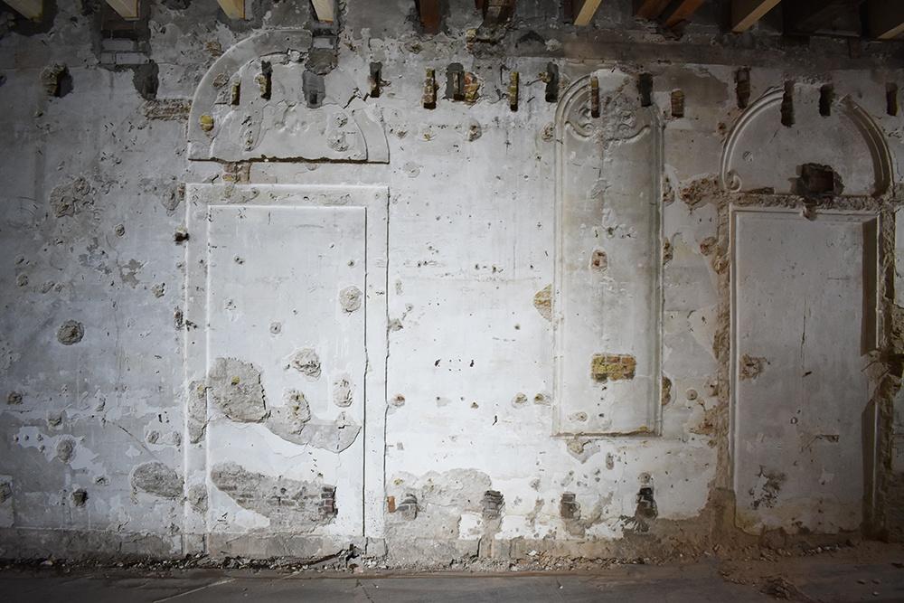 De drie nissen zonder ornamenten die samen een vestibule lijken te vormen