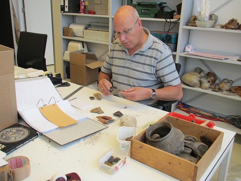 Rob Roedema aan het werk in het archeologisch centrum.