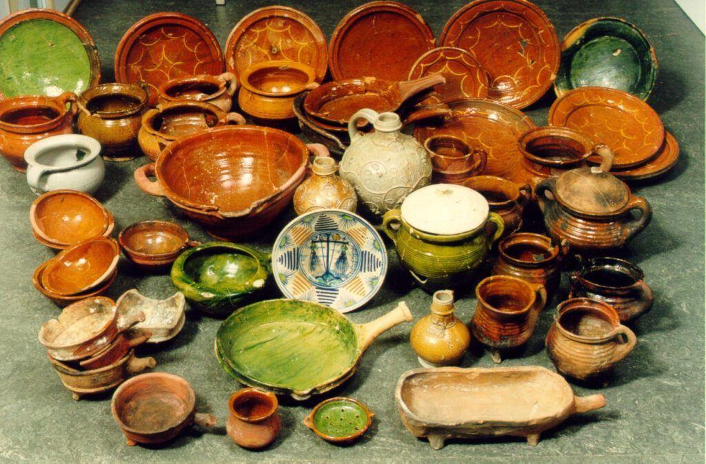 Vondstmateriaal uit de Voordam zien uit de periode 1500-1550.