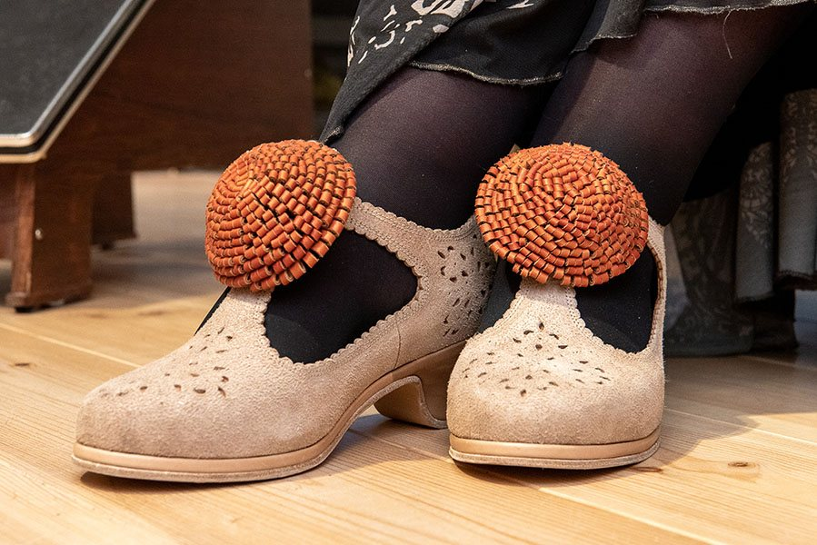 Damesschoenen kregen vroeger elk hun eigen, vaak opvallende sluiting in de vorm van een strik of pompon