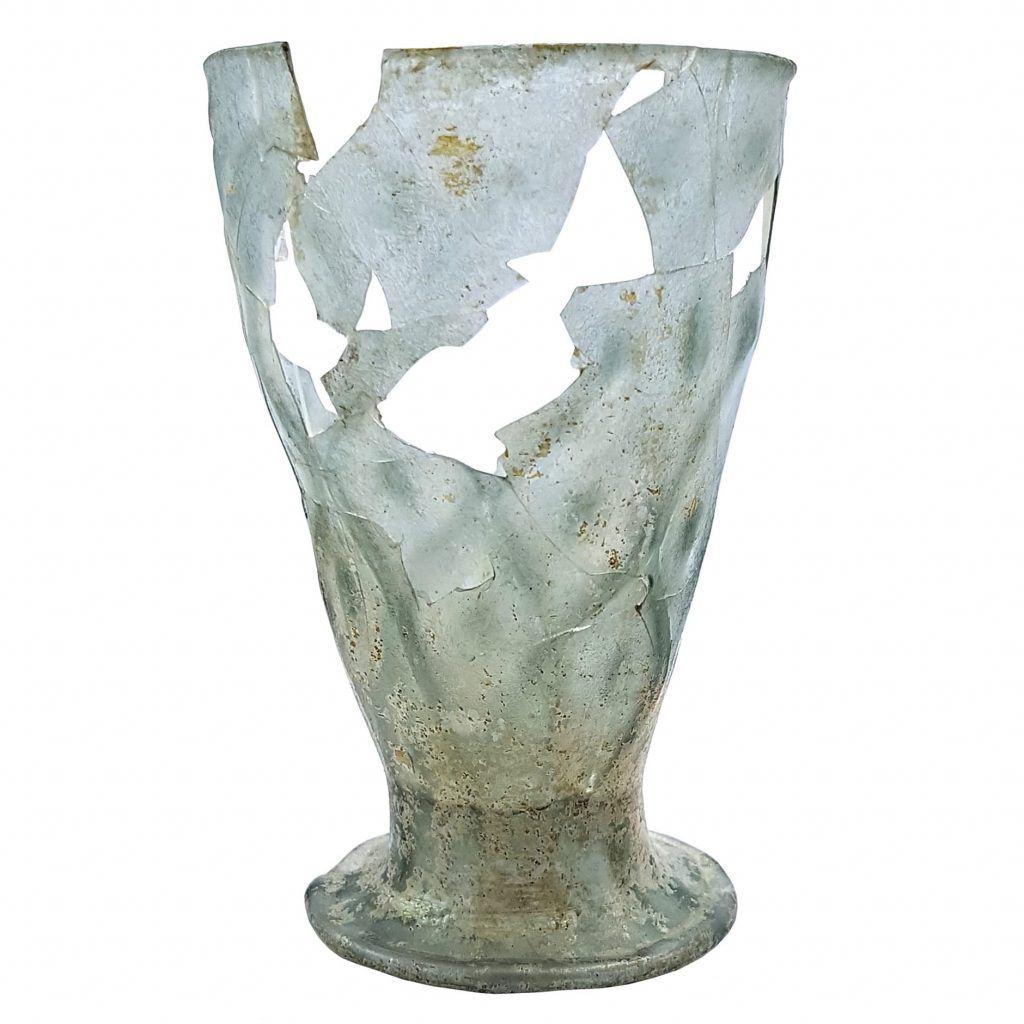 Glazen beker uit beerput Voordam