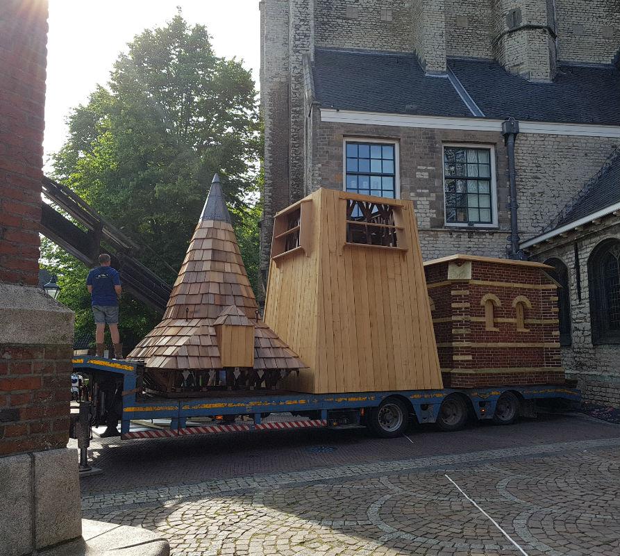 In drie delen wordt de klokkentoren vervoerd van het Waagplein naar de Grote Kerk