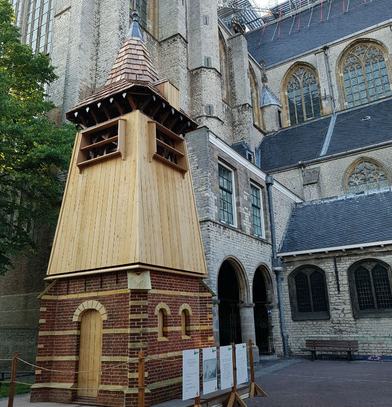 De klokkentoren in half formaat tijdelijk terug op de originele plek bij de Grote Kerk