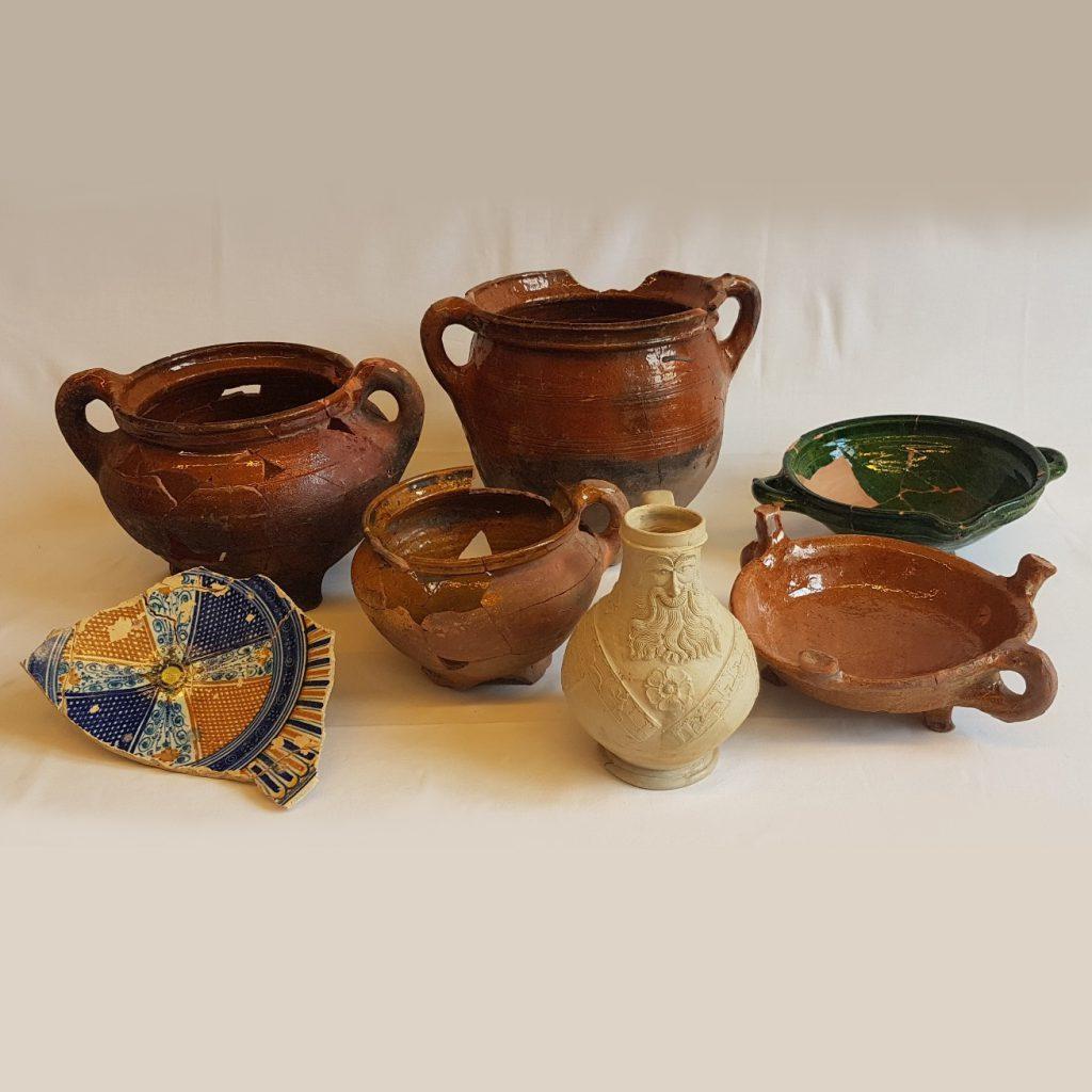 Diverse potten en borden uit de afvalkuil aan de Langestraat
