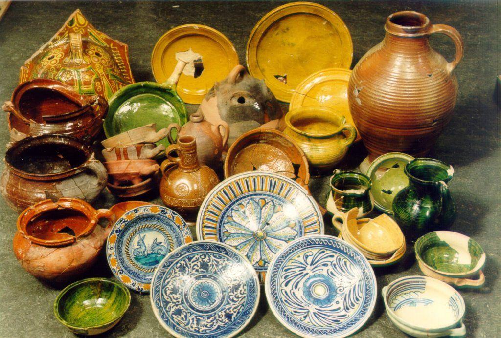 Verzameling voorwerpen uit de afvalkuil aan het Luttik Oudorp 56