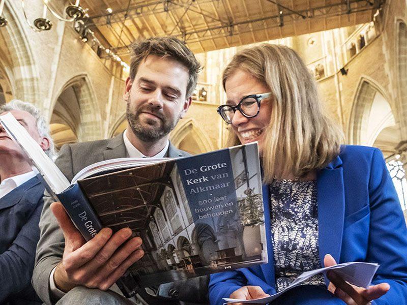 Grote Kerk de overhandiging van het eerste exemplaar van het boek over de bouwgeschiedenis van de Grote Kerk