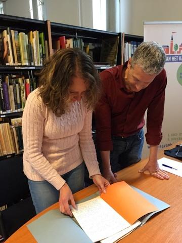 Stadsarcheoloog Nancy de Jong en collega-onderzoeker Rob Gruben tijdens archiefonderzoek bij de Nederlandse kastelenstichting