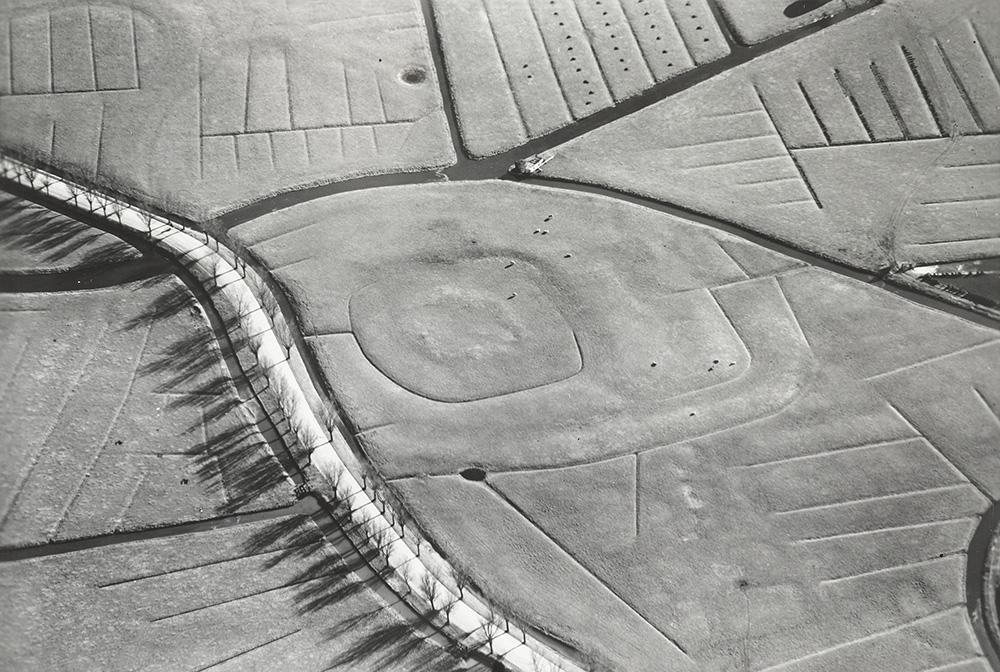 Luchtfoto uit de periode 1920-1940 met heel duidelijk de contouren van kasteel de Middelburg. Te zien is dat het kasteel meerdere omwallingen en grachten heeft gehad. Ook is heel mooi de contour van de slinger van het oude verloop van de Munnikenweg te zien in het weiland. Opvallend is dat deze kromming vanaf de weg weer richting het kasteel gaat