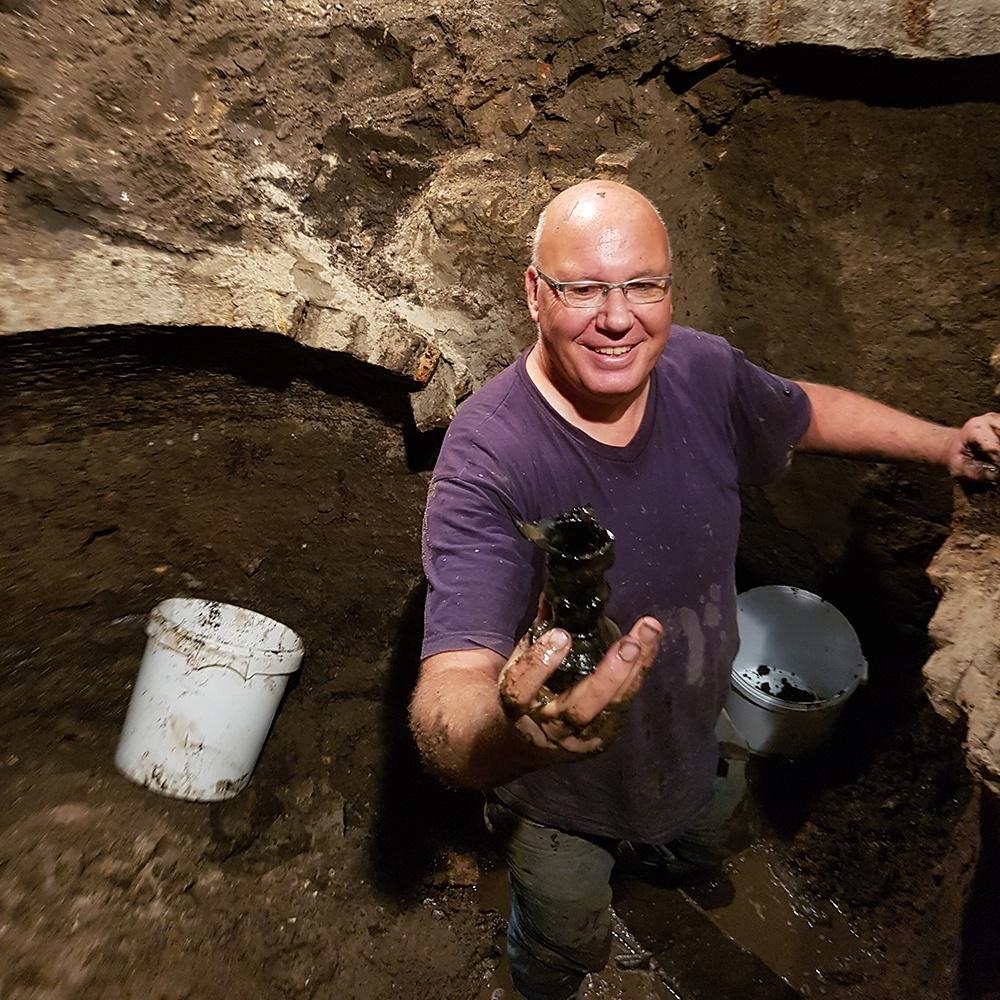 Stadsarcheoloog Rob Roedema toont één van de vondsten