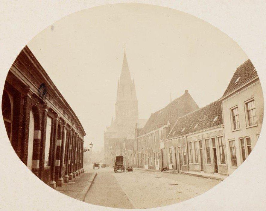 Foto uit circa 1870. Achter het later aangebrachte pleisterwerk, ging nog een ouder pand schuil.