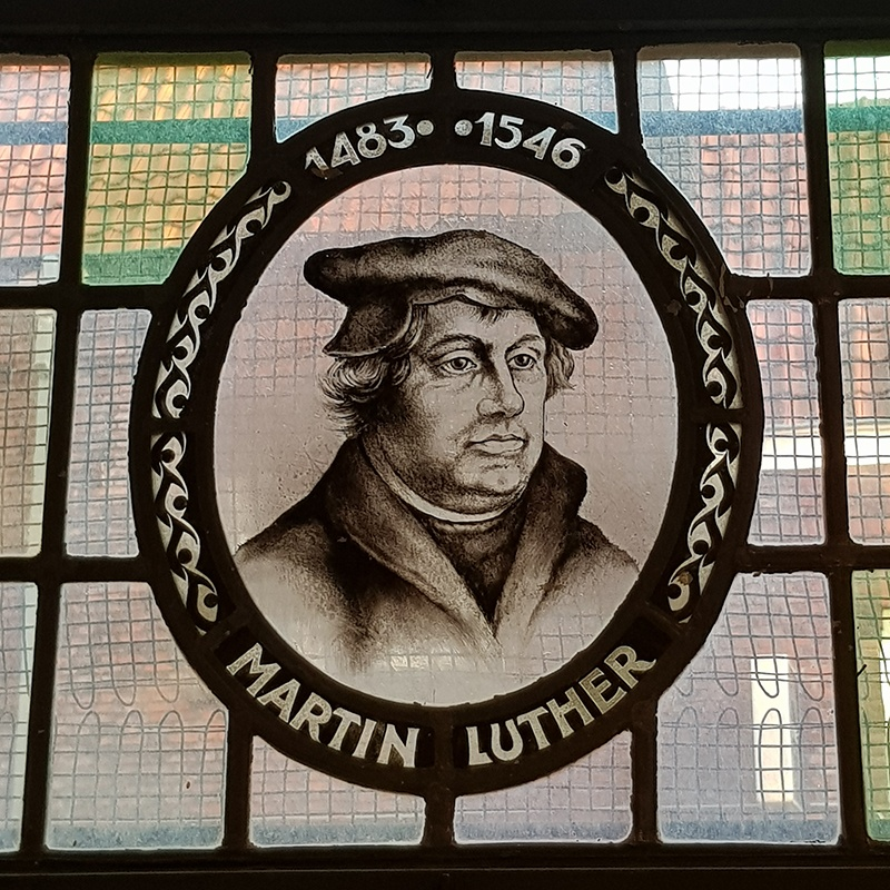 Het portret van Luther hangt, samen met die van Calvijn en Zwingli, in de keuken van de consistorie. Drie tastbare herinneringen aan de reformatie.