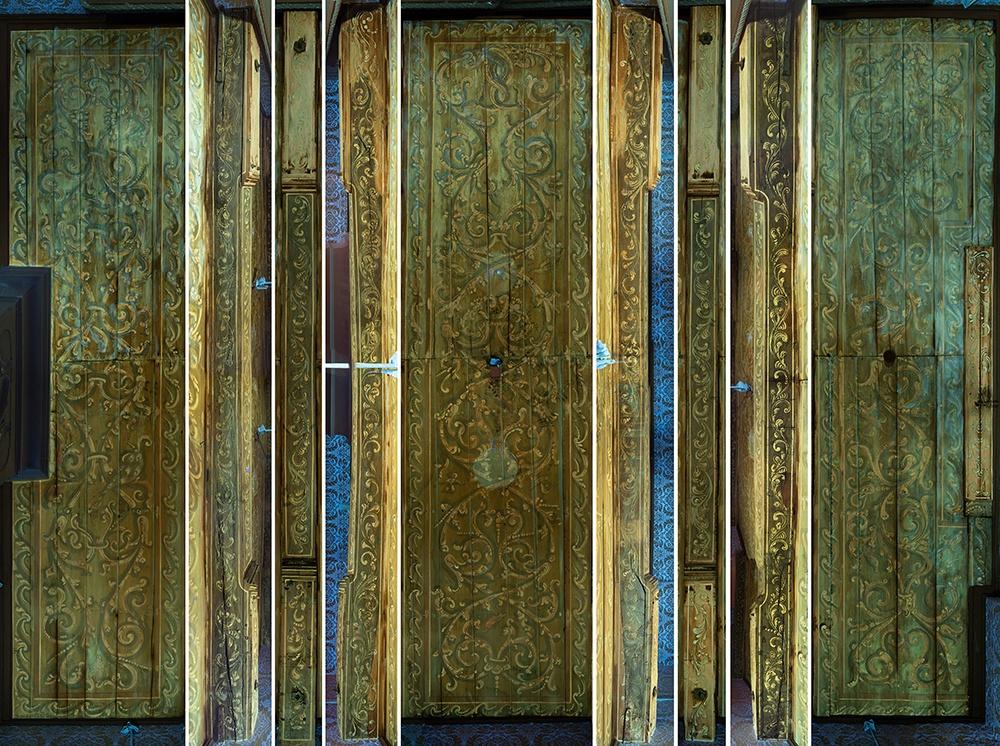 Op de UV-fluorescentieopname zijn blauwe verkleuringen te zien rond het raam waarschijnlijk door binnenvallend zonlicht (foto René Gerritsen)
