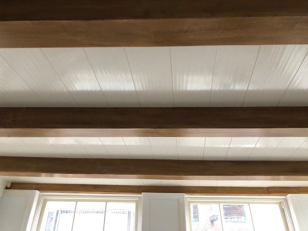 De oude vloerdelen in het plafond waren zo slecht dat ze moesten worden vervangen. Het oorspronkelijke aanzicht is nagebootst met multiplex platen die met behulp van speciale technieken zijn bewerkt