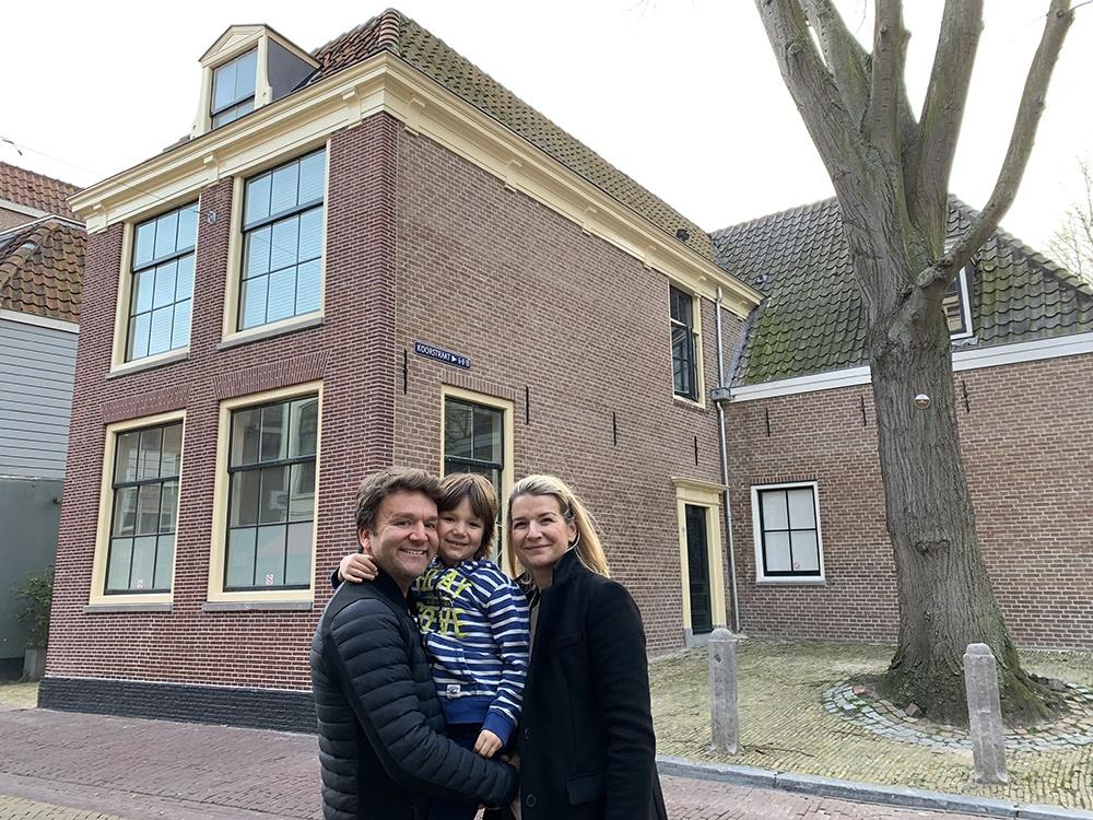 Marek, Monika en zoon Michael voor hun huis aan de Koorstraat
