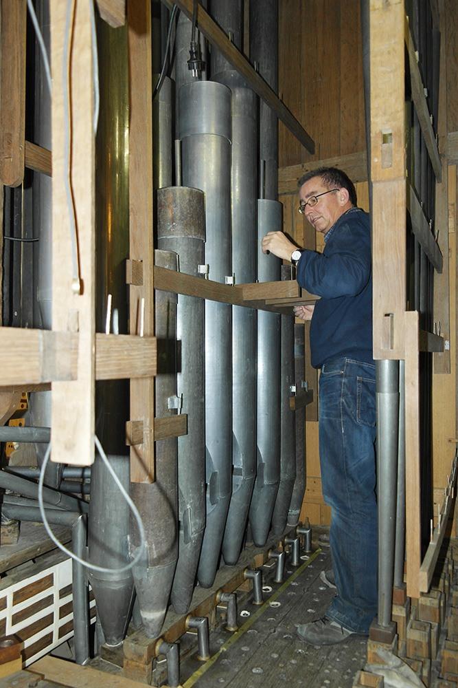 Orgelmaker Jan Ballintijn aan het werk in het Grote orgel van de Grote Kerk Alkmaar