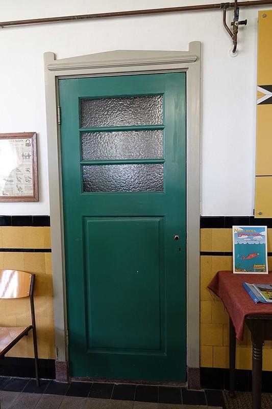 Een van de fraaie deuren uit de bouwtijd van het gemaal.