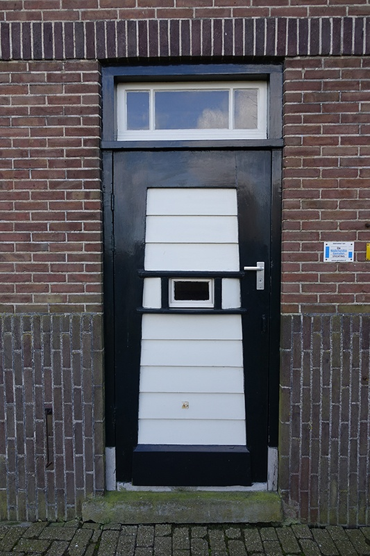 Zwart en witte deur gemaal
