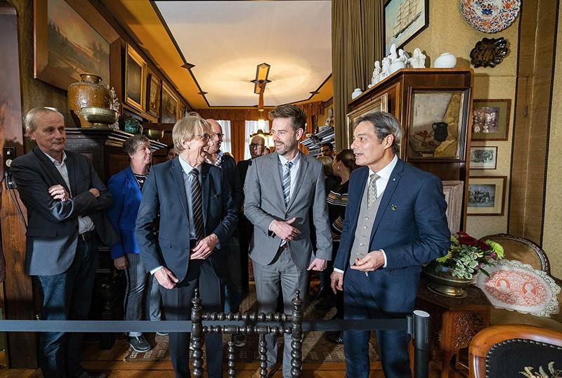 """Alkmaar heeft er een museum bij. Wie binnenstapt in dit museumhuis, betreedt een """"huys vol verhalen"""". Op de foto wethouder Christian Braak met de eigenaars Harold Bos (rechts) en Mark Koning. Foto Jan Jong."""