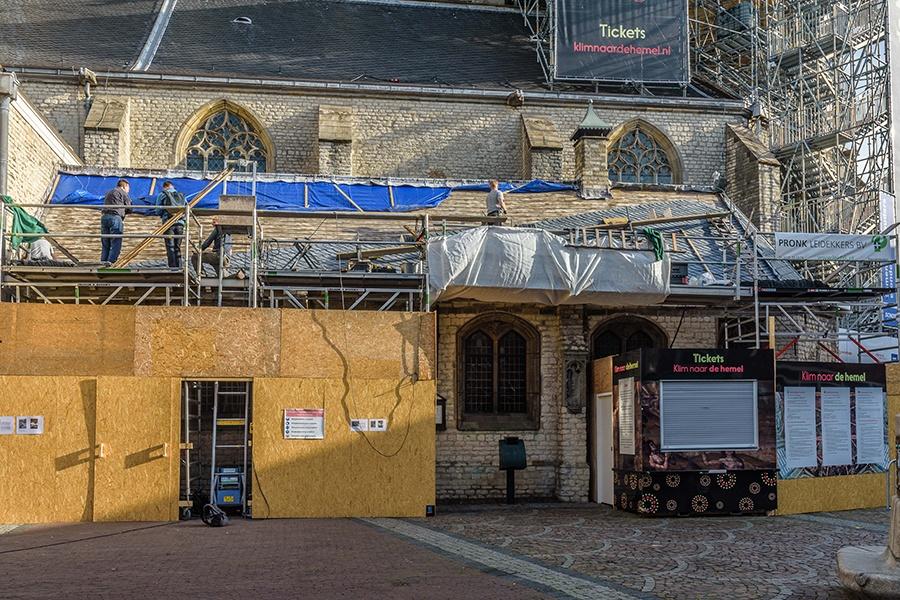 De laatste weken van De Klim naar de Hemel stonden er extra steigers bij de Grote Kerk voor het herstel van het leien dak van de consistorie.