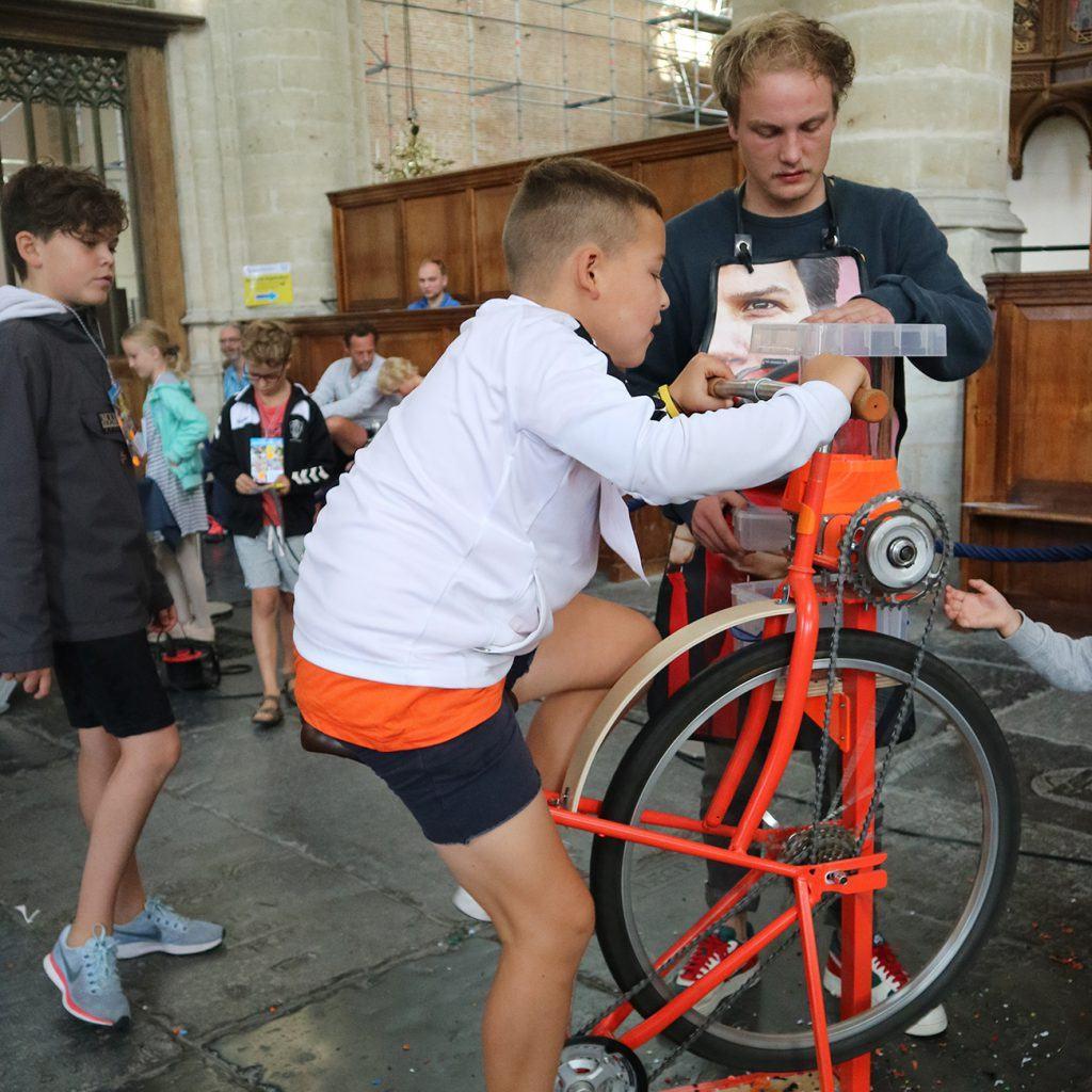 Al fietsend plastic vermalen tijdens de jeugdafvalmarathon in de Grote Kerk