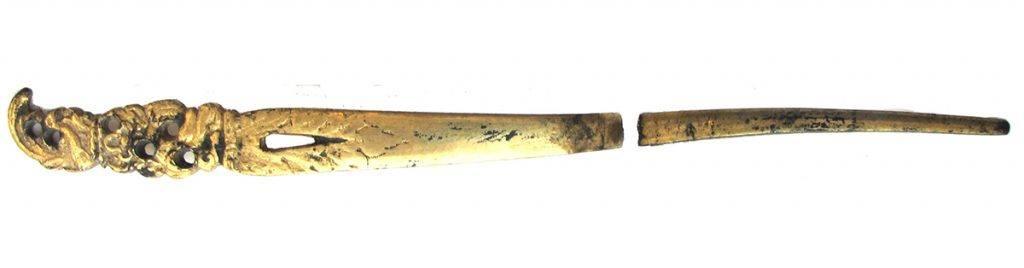 Gouden haarnaald (op voorhoofd) en hanger met halfedelsteen