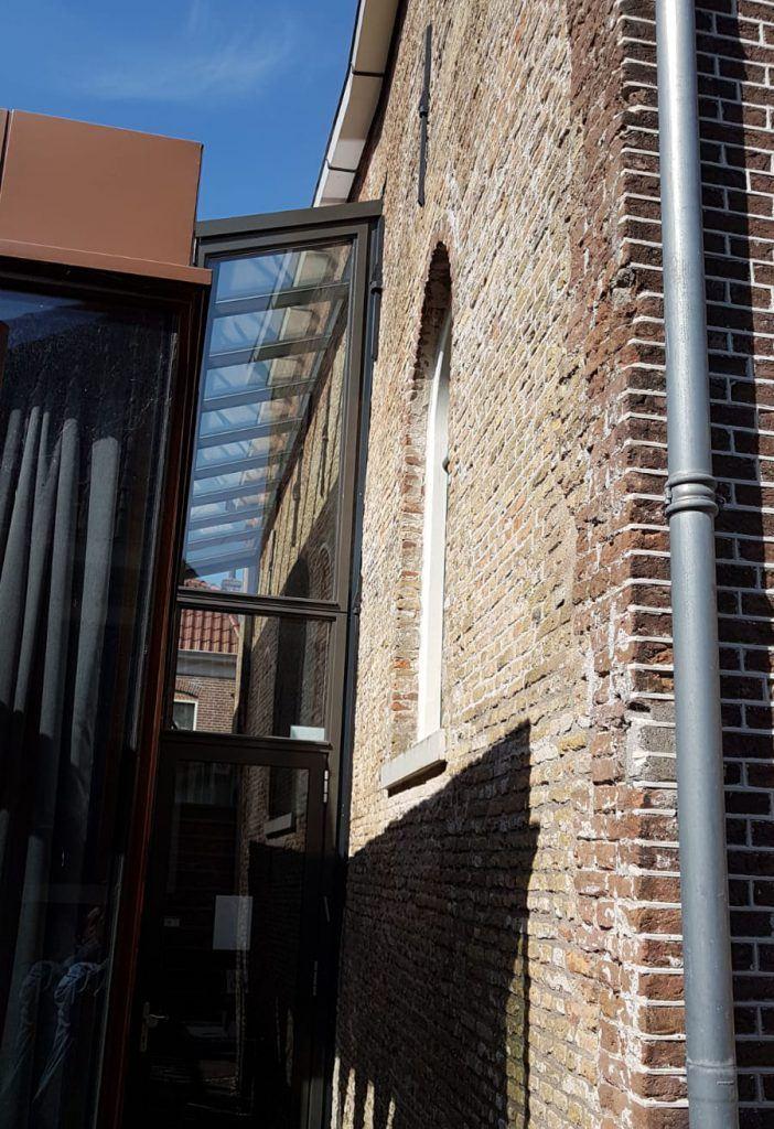 De overgang van oud- naar nieuwbouw in de Synagoge aan de Hofstraat