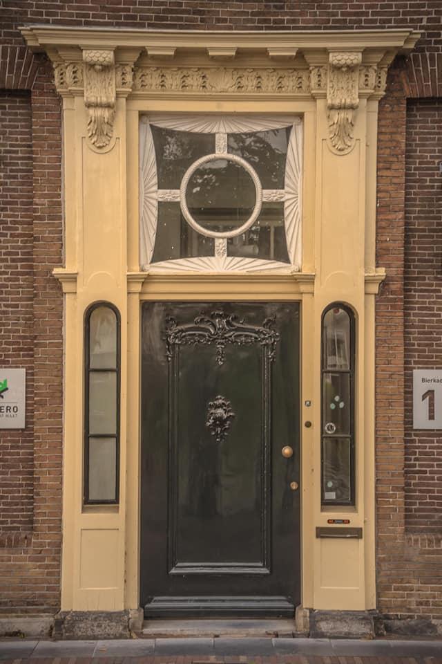 De voordeur van een pand aan de Bierkade 10