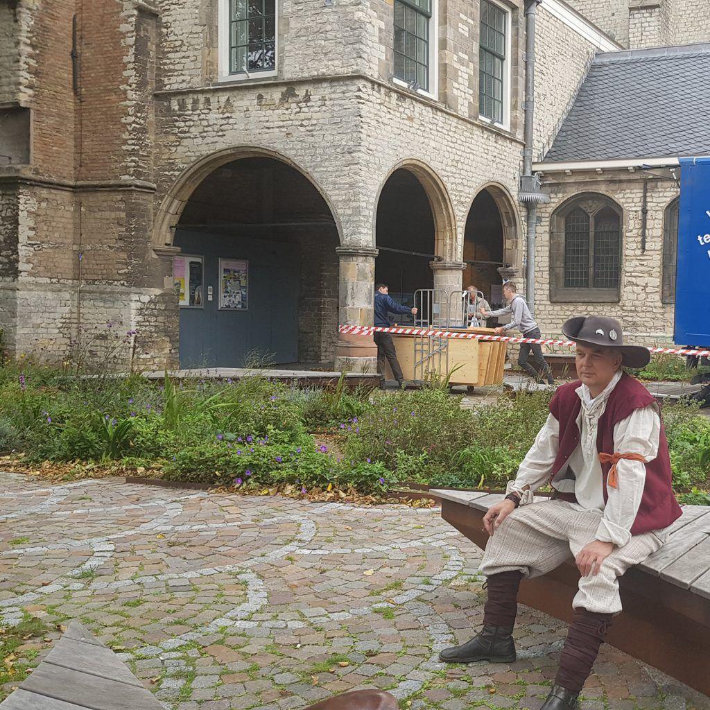 Geus wachtend op collega's van Vive les Gueux bij Grote-kerk