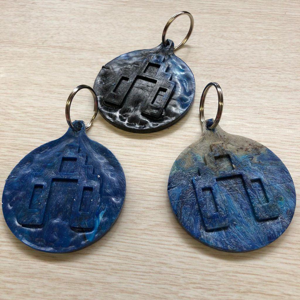 Historische munten gemaakt uit plastic afval tijdens jeugdafvalmarathon in de Grote Kerk
