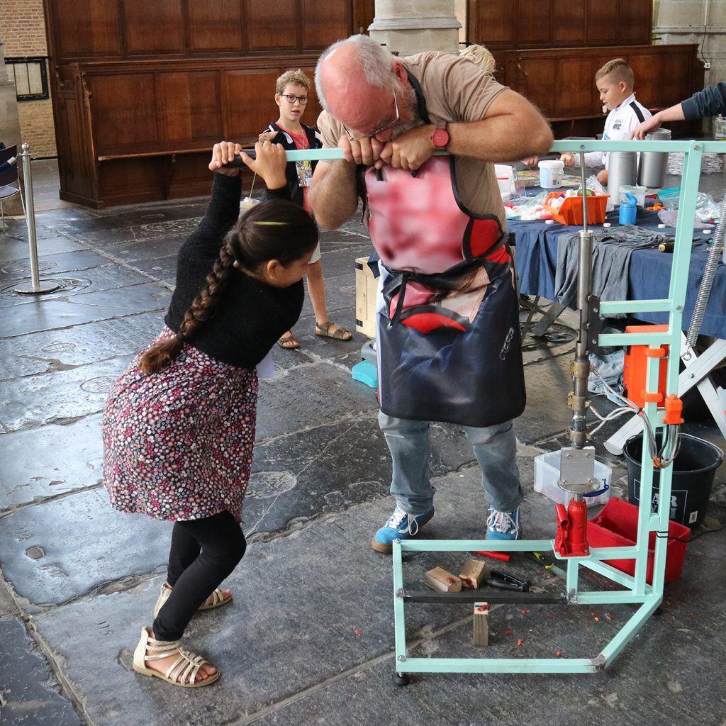 Munten persen tijdens jeugdafvalmarathon in de Grote Kerk
