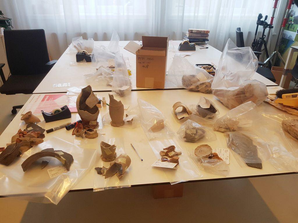 Al het bij kasteel de Nieuwburg gevonden aardewerk wordt opnieuw onderzocht