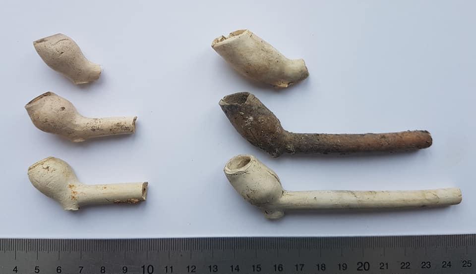 Pijpen en pijpenkopjes uit de zeventiende eeuw, gevonden aan het Verdronkenoord