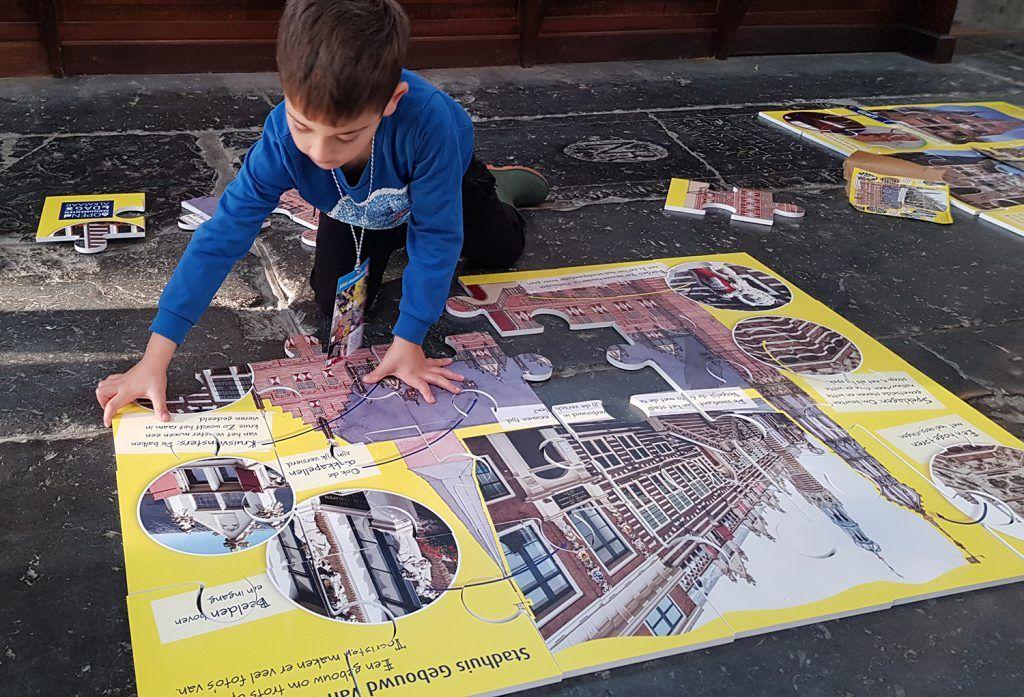 Puzzels leggen in de Grote Sint Laurenskerk