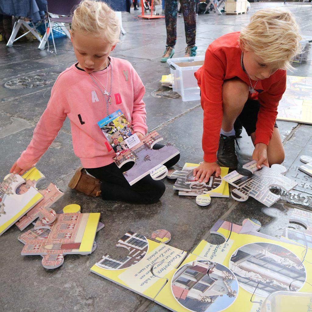 Reuzenpuzzels leggen bij de jeugdafvalmarathon in de Grote Kerk-5