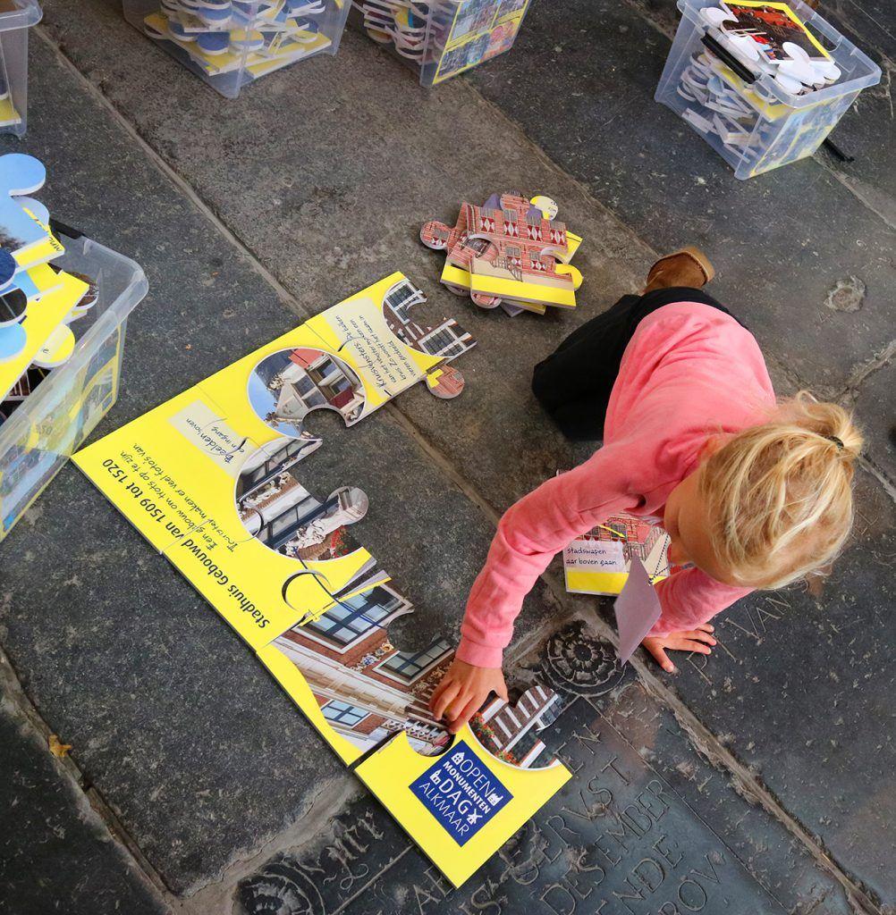 Reuzenpuzzels leggen bij de jeugdafvalmarathon in de Grote Kerk-6