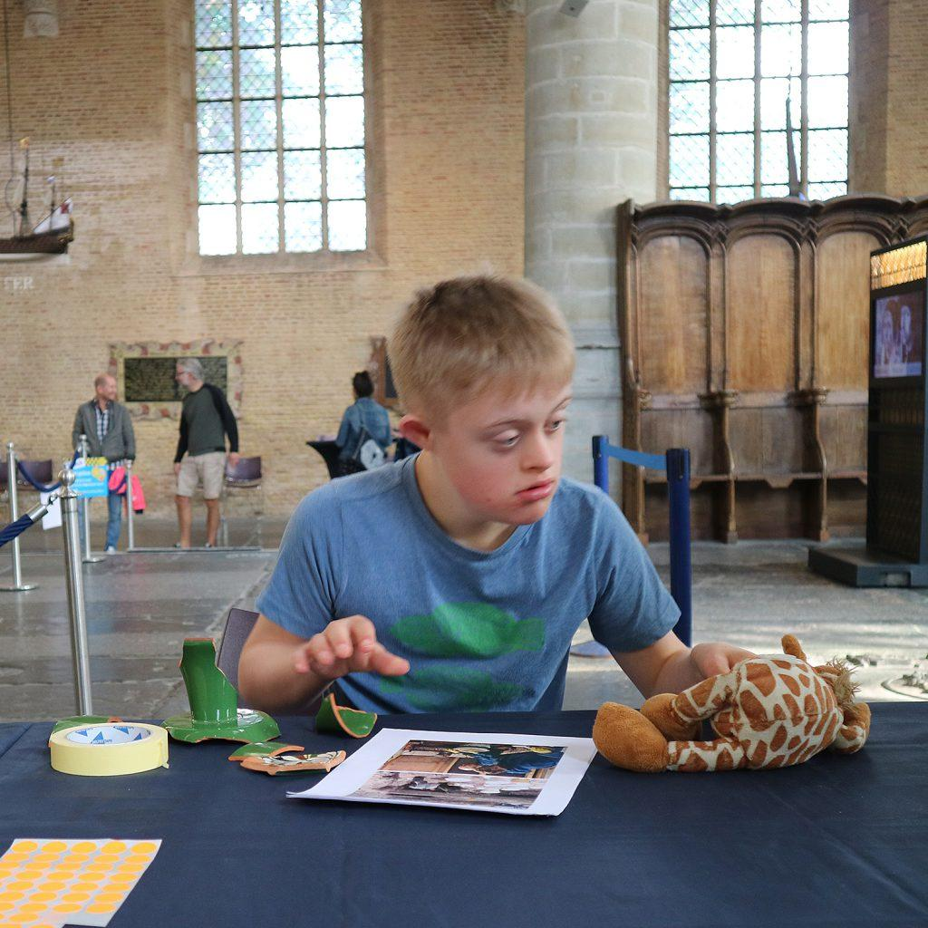 Scherven plakken bij jeugdafvalmarathon Grote Kerk