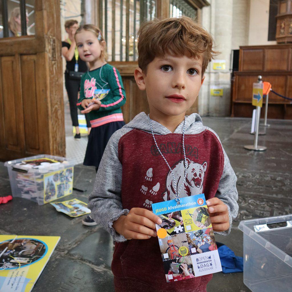 Stickerkaart voor deelname aan de jeugdafvalmarathon in de Grote Kerk